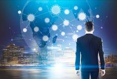 Человек смотрит эскиз сети на ноче Стоковое фото RF