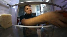 Человек смотря внутренний холодильник видеоматериал