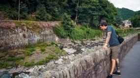 Человек смотря восточное реку Lyn Стоковая Фотография