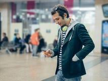 Человек смотря его телефон Стоковое Изображение