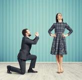 Человек смотря женщину и спрашивать Стоковое Изображение RF
