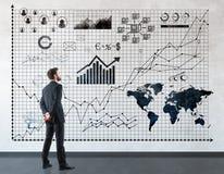 Человек смотря диаграммы Стоковые Фото