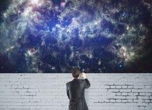 Человек смотря космос Стоковое Изображение