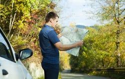 Человек смотря на карте Стоковая Фотография