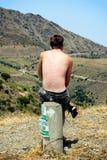 Человек смотря пейзаж Стоковые Изображения RF