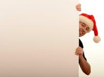 Человек смотря прищурясь вокруг стены Стоковое Изображение RF