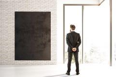 Человек смотря пустой плакат Стоковая Фотография RF