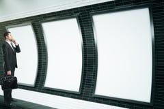 Человек смотря пустые плакаты Стоковое Изображение RF