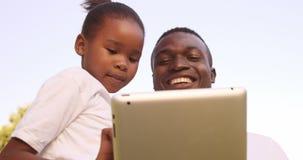 Человек смотря планшет с его дочерью видеоматериал
