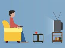 Человек смотря старое телевидение на софе бесплатная иллюстрация