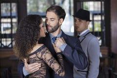 Человек смотря танцоров танго выполняя совместно Стоковые Изображения RF