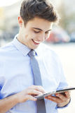 Человек смотря цифровую таблетку Стоковое фото RF