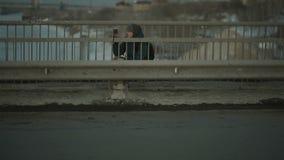 Человек снимает автомобили на мосте на smartphone сток-видео