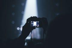 Человек снимает видео на концерте Стоковое фото RF