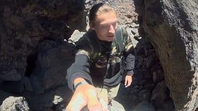 Человек снимает его и его женщину в горах сток-видео