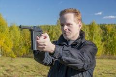 Человек снимает оружие Mauser Стоковое Фото