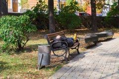 Человек спать в парке стоковое фото rf
