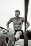 Человек спорта нажатый на месте Стоковые Фотографии RF