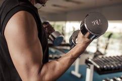 Человек спортзала поднимая тяжелые свободные весы Стоковая Фотография RF