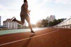 Человек спортсмена африканский бежать на беговой дорожке Стоковые Изображения