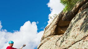 Человек спускает от вершины скалы сток-видео