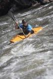Человек сплавляться в реке горы стоковые фотографии rf