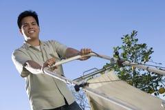 Человек Средний-взрослого держа косилку земли стоковое изображение rf