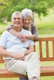Человек старшей женщины обнимая от заднего на парке Стоковое Изображение