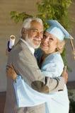 Человек старшей женщины постдипломный обнимая Стоковые Изображения RF
