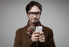 Человек стиля битника печатая на smartphone стоковая фотография
