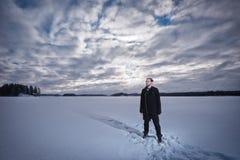 Человек стоит на озере Стоковые Изображения RF
