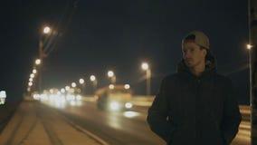 Человек стоит на предпосылке дороги акции видеоматериалы