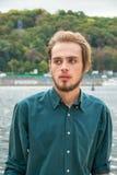 Человек стоит около реки Стоковые Фото