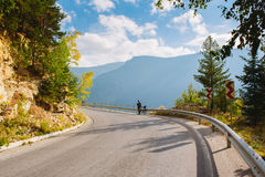 Человек стоит рядом с велосипедом на дороге горы Лето в горах Болгарии стоковая фотография rf