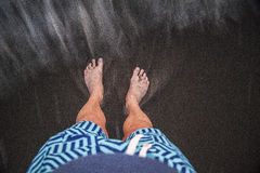 Человек стоя в песке стоковые изображения rf