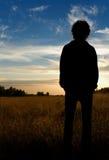 Человек стоя в поле Стоковые Фотографии RF