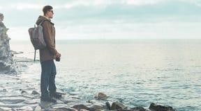 Человек стоя на береговой линии с камерой фото Стоковое фото RF