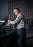 Человек стоя на ноче около автомобиля Стоковые Фотографии RF