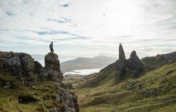 Человек стоя над шотландским ландшафтом гористой местности Стоковые Изображения