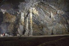 Человек стоя около группы в составе пещера 2 сталактита Стоковая Фотография RF