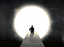 Человек стоя перед огромным стробом Стоковые Изображения RF