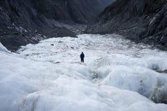 Человек стоя самостоятельно в леднике льда Frantz Josef стоковые изображения rf