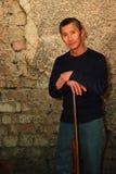 Человек стоя с винтовкой Стоковая Фотография RF