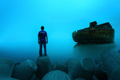 Человек стоя с кораблем баржи… Стоковое Изображение