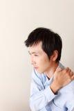 Человек страдает от боли шеи Стоковое Изображение