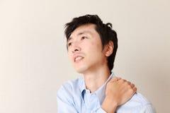 Человек страдает от боли шеи Стоковые Фото