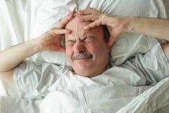 Человек страдая от инсомнии стоковое фото rf