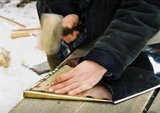 Человек стучая с молотком стоковые фото