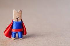 Человек супергероя зажимки для белья против ретро бумажной предпосылки скопируйте космос Стоковое Изображение