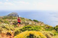 Человек счастливого следа идущий в красивых горах стоковое фото rf